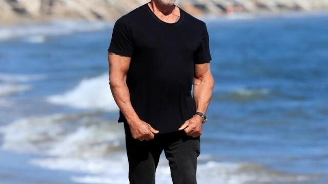 Sylvester Stallone, surprins la o plimbare pe plajă cu soția sa. Cum arată actorul la 74 de ani - Imaginea 7