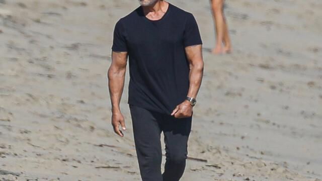 Sylvester Stallone, surprins la o plimbare pe plajă cu soția sa. Cum arată actorul la 74 de ani - Imaginea 6
