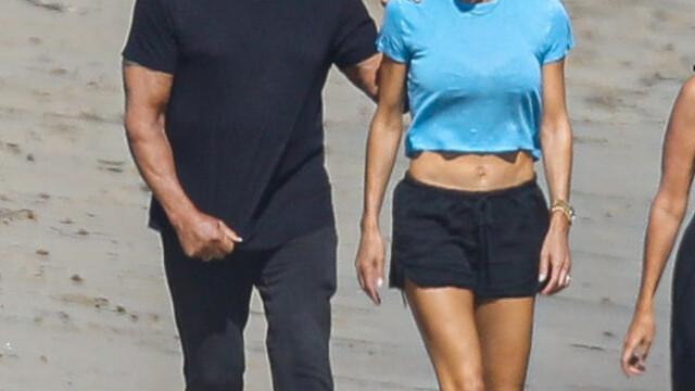 Sylvester Stallone, surprins la o plimbare pe plajă cu soția sa. Cum arată actorul la 74 de ani - Imaginea 5
