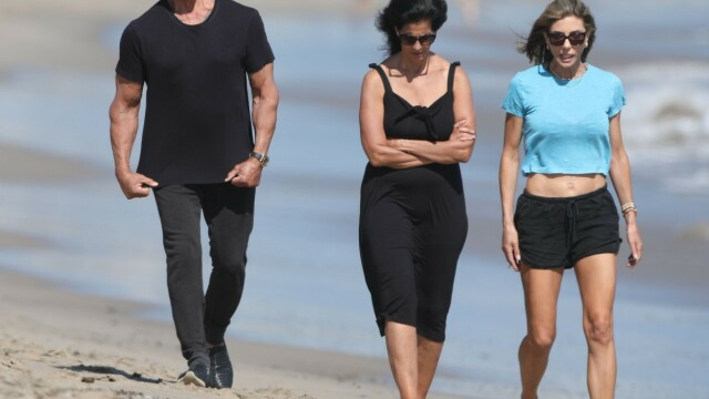 Sylvester Stallone, surprins la o plimbare pe plajă cu soția sa. Cum arată actorul la 74 de ani - Imaginea 4