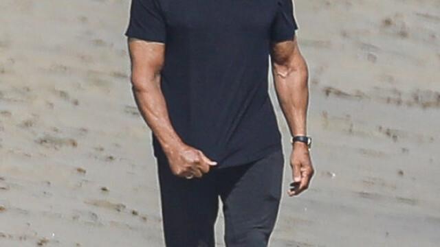 Sylvester Stallone, surprins la o plimbare pe plajă cu soția sa. Cum arată actorul la 74 de ani - Imaginea 3