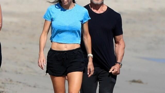 Sylvester Stallone, surprins la o plimbare pe plajă cu soția sa. Cum arată actorul la 74 de ani - Imaginea 2