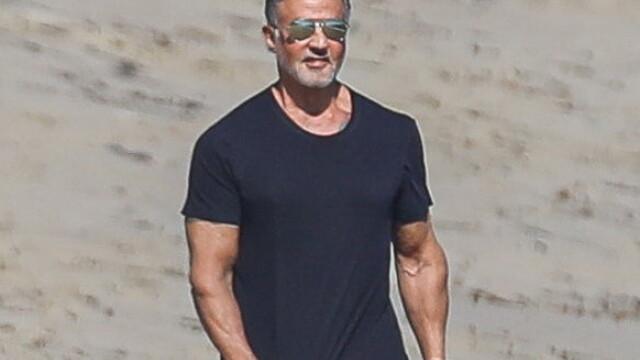 Sylvester Stallone, surprins la o plimbare pe plajă cu soția sa. Cum arată actorul la 74 de ani - Imaginea 1
