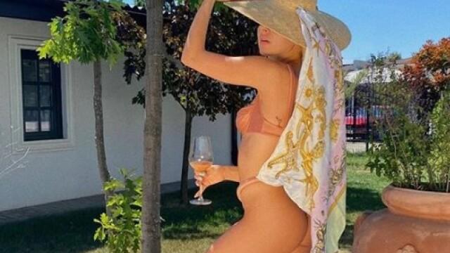 Lidia Buble, la piscină într-un costum de baie minuscul. Cum s-a fotografiat cântăreața - Imaginea 6
