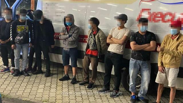 Nouă vietnamezi ascunși în pufuleți, depistați când încercau să iasă ilegal din România - Imaginea 1