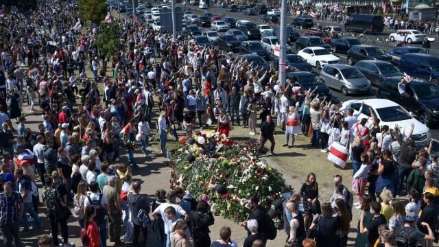 Mii de oameni au ieșit din nou în stradă la Minsk. Altar ridicat pentru tânărul care a murit la protestul de luni - Imaginea 3