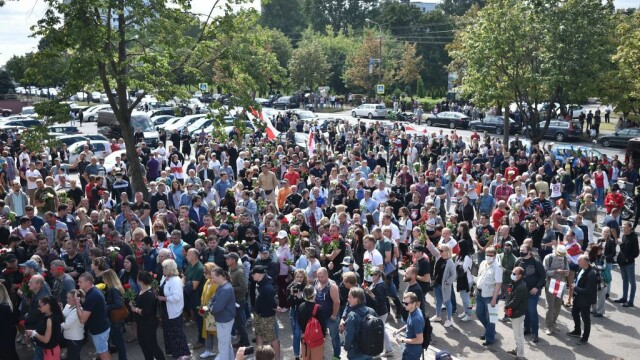 Mii de oameni au ieșit din nou în stradă la Minsk. Altar ridicat pentru tânărul care a murit la protestul de luni - Imaginea 2