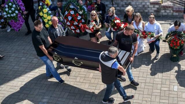 Mii de oameni au ieșit din nou în stradă la Minsk. Altar ridicat pentru tânărul care a murit la protestul de luni - Imaginea 4