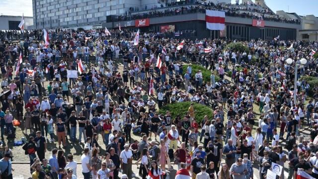 Mii de oameni au ieșit din nou în stradă la Minsk. Altar ridicat pentru tânărul care a murit la protestul de luni - Imaginea 1