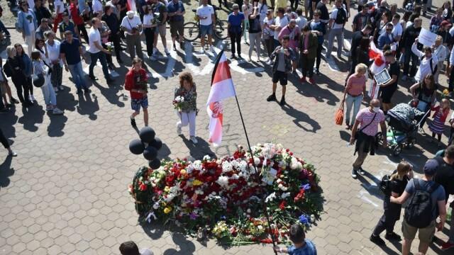 Mii de oameni au ieșit din nou în stradă la Minsk. Altar ridicat pentru tânărul care a murit la protestul de luni - Imaginea 5