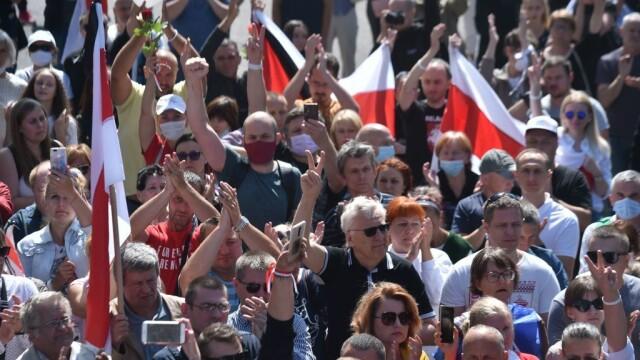 Mii de oameni au ieșit din nou în stradă la Minsk. Altar ridicat pentru tânărul care a murit la protestul de luni - Imaginea 6
