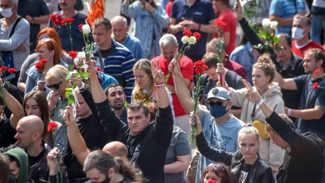 Mii de oameni au ieșit din nou în stradă la Minsk. Altar ridicat pentru tânărul care a murit la protestul de luni - Imaginea 7