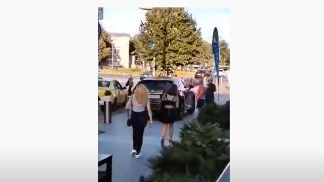 Un șofer din Bacău a mers cu SUV-ul pe trotuar, printre oameni, chiar în fața sediului poliției