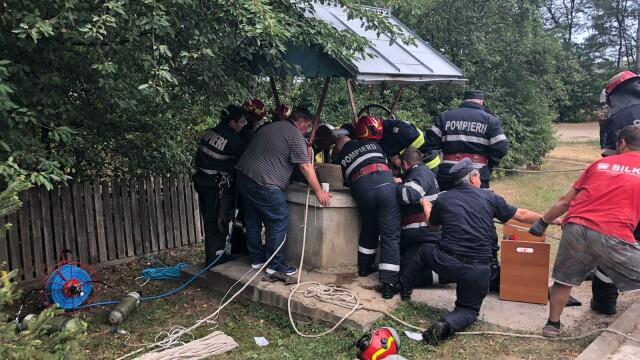 Imagini din timpul salvării miraculoase a unui tânăr căzut într-o fântână adâncă de 22 m, în Dorohoi - Imaginea 3