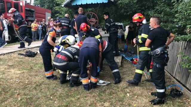 Imagini din timpul salvării miraculoase a unui tânăr căzut într-o fântână adâncă de 22 m, în Dorohoi - Imaginea 4