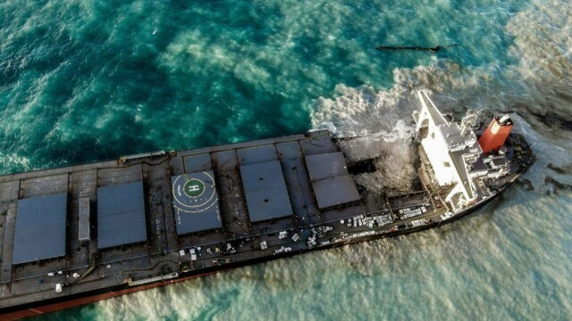 Dezastru în una dintre cele mai apreciate destinații din lume: o navă cu mii de tone de benzină s-a rupt în două - Imaginea 5