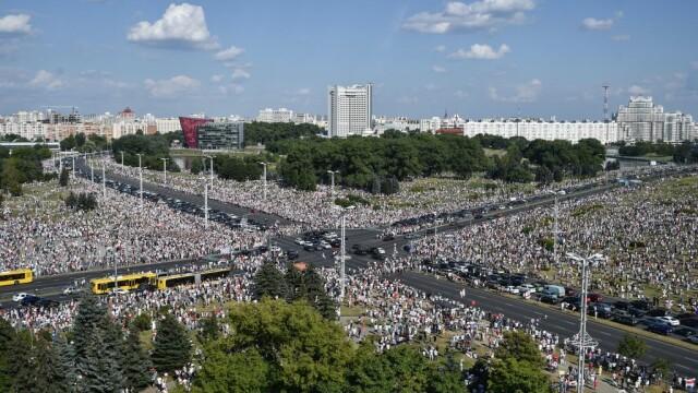 Cel mai mare protest din istoria țării în Belarus. Zeci de mii de oameni au mărșăluit pe străzi cu flori și baloane - Imaginea 1