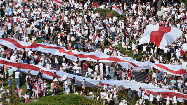 Cel mai mare protest din istoria țării în Belarus. Zeci de mii de oameni au mărșăluit pe străzi cu flori și baloane - Imaginea 3