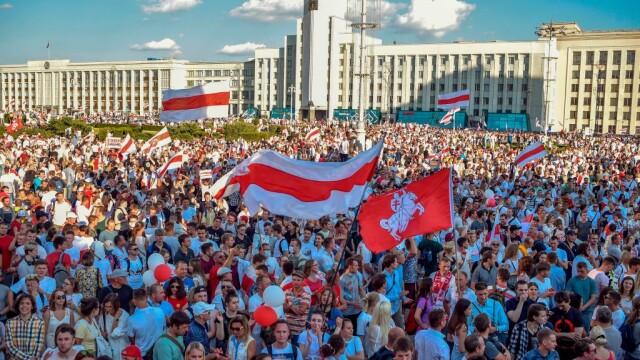 Cel mai mare protest din istoria țării în Belarus. Zeci de mii de oameni au mărșăluit pe străzi cu flori și baloane - Imaginea 4