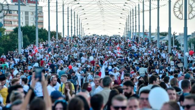 Cel mai mare protest din istoria țării în Belarus. Zeci de mii de oameni au mărșăluit pe străzi cu flori și baloane - Imaginea 5