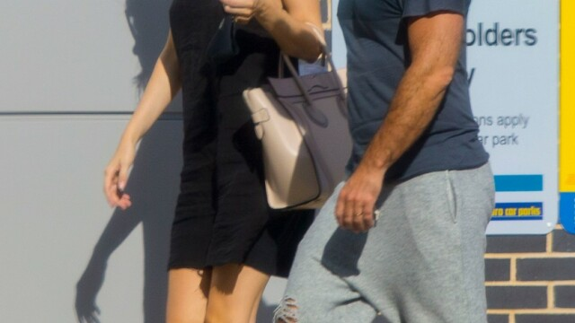 Jude Law, surprins de paparazzi în Londra. Cum arată actorul după ieșirea din carantină - Imaginea 1