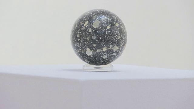 """Licitație de meteoriți și roci lunare. Cât costă o """"bucată de lună"""""""