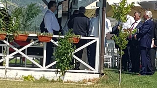 FOTO: Liderii PSD Vrancea au urmărit congresul dintr-un local pescăresc, fără măști - Imaginea 3