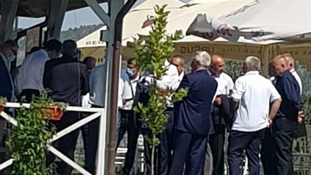 FOTO: Liderii PSD Vrancea au urmărit congresul dintr-un local pescăresc, fără măști - Imaginea 5