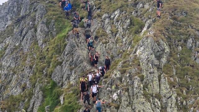 Umăr la umăr pe vârful Moldoveanu. Sute de oameni s-au înghesuit pe creste - Imaginea 1