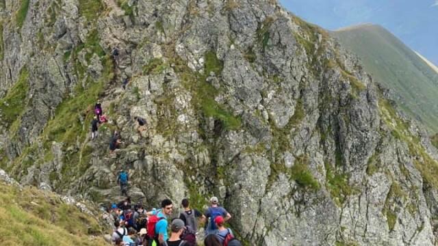 Umăr la umăr pe vârful Moldoveanu. Sute de oameni s-au înghesuit pe creste - Imaginea 2