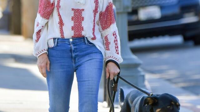 Meryl Streep a fost fotografiată purtând o bluză cu motive tradiționale românești - Imaginea 2