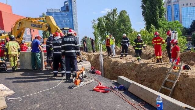 Un mal de pământ s-a prăbușit peste mai mulți muncitori pe un șantier din Capitală. Doi oameni au murit - Imaginea 2