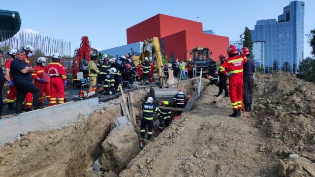 Un mal de pământ s-a prăbușit peste mai mulți muncitori pe un șantier din Capitală. Doi oameni au murit - Imaginea 3