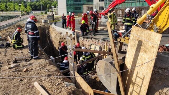 Un mal de pământ s-a prăbușit peste mai mulți muncitori pe un șantier din Capitală. Doi oameni au murit - Imaginea 5