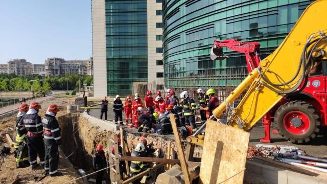 Un mal de pământ s-a prăbușit peste mai mulți muncitori pe un șantier din Capitală. Doi oameni au murit - Imaginea 6