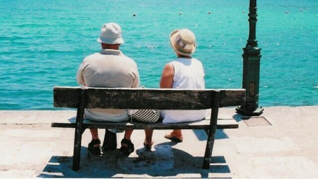 El, 93 de ani. Ea, 86 de ani. Misiune: casatoria!