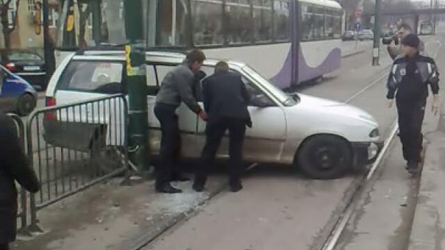 Vezi cum arata o masina lovita in plin de tramvai!