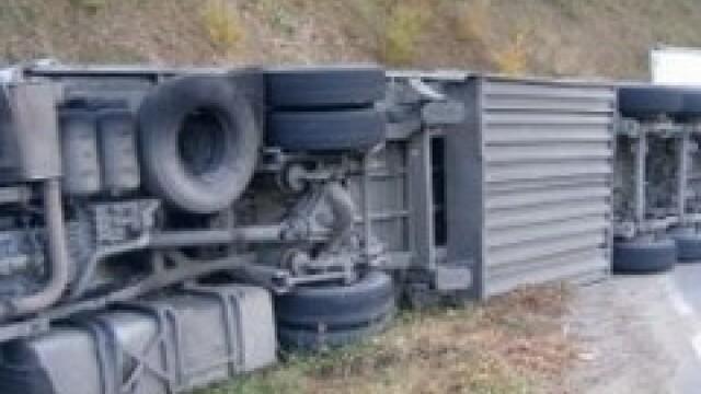 Masina incarcata cu butelii, implicata intr-un accident pe E87