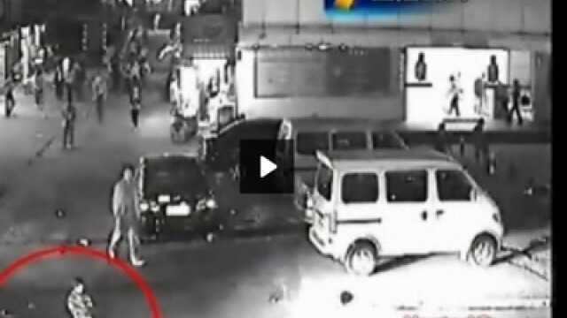 SOCANT! Copil de 3 ani uitat de mama in mijlocul parcarii, ucis de masina