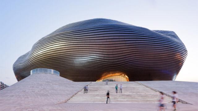China uimeste din nou. Constructia bizara si costisitoare ridicata intr-un oras pustiu. Galerie FOTO - Imaginea 1