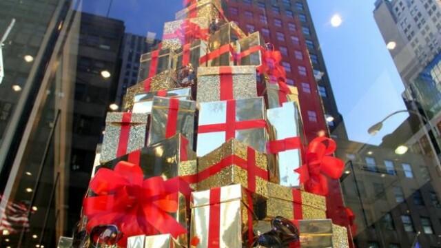 Cartierul in care vitrinele spun povesti. De ce sunt fascinati trecatorii de magazinele din NY FOTO