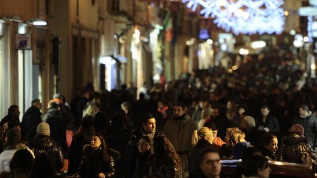 Italienii au strans cureaua de Craciun. Au cheltuit cel mai putin in ultimii zece ani pentru cadouri