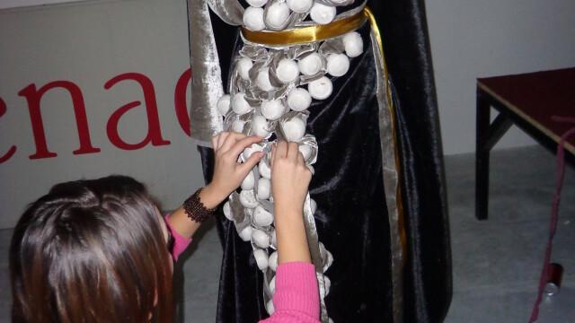 Creativitate. Studentii Universitatii Lucian Blaga din Sibiu expun rochii din turta dulce - Imaginea 2