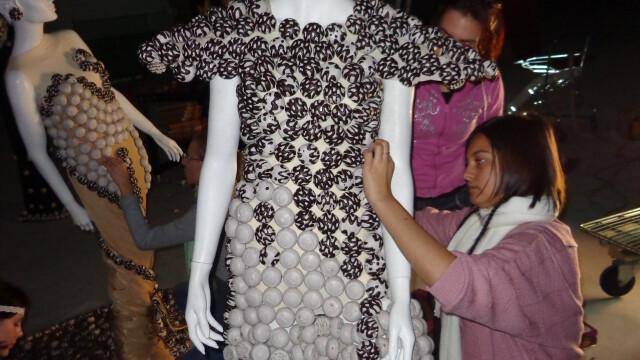 Creativitate. Studentii Universitatii Lucian Blaga din Sibiu expun rochii din turta dulce - Imaginea 3