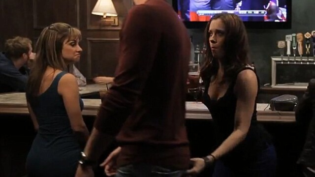 clip, femeie pipaie pe fund un barbat