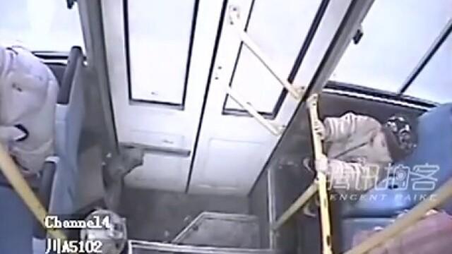 VIDEO. Pe o femeie au apucat-o durerile nasterii intr-un autobuz. Ce a urmat este uimitor