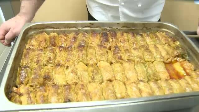 Chef Scarlatescu, in actiune. Vezi reteta lui pentru un jambon delicios si nelipsitele sarmale