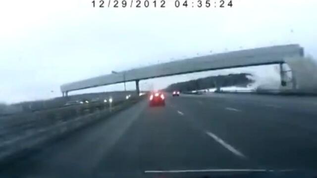 Momentul in care avionul Tupolev se rupe langa o autostrada din Moscova. Rusii au pornit o ancheta