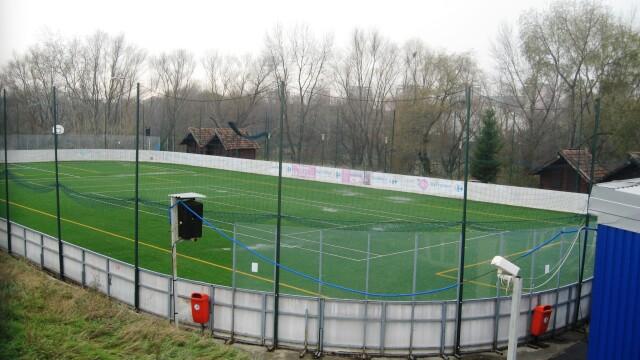 In plina iarna, patinoarul aradean este numai bun pentru fotbal. In loc de gheata, are gazon - Imaginea 3