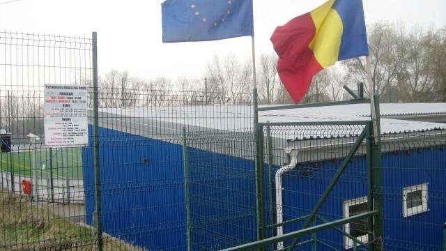 In plina iarna, patinoarul aradean este numai bun pentru fotbal. In loc de gheata, are gazon - Imaginea 4